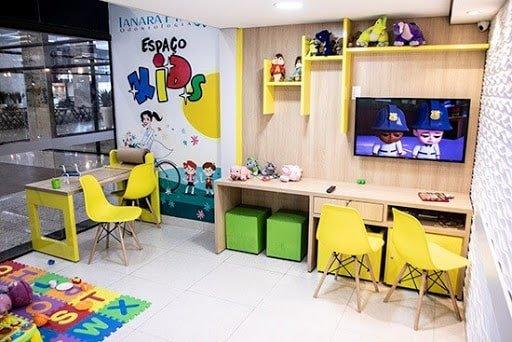 Consultório odontológico personalizado com brinquedoteca e espaço temático para crianças.